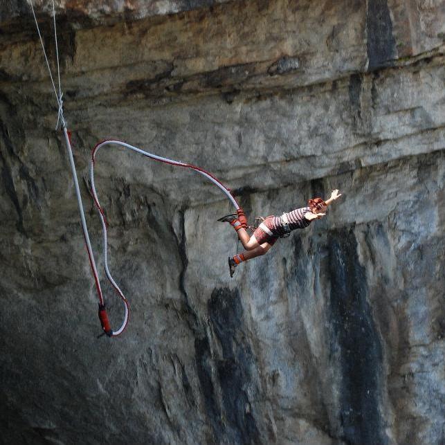 9-ти май – Бънджи скокове на пещера Проходна